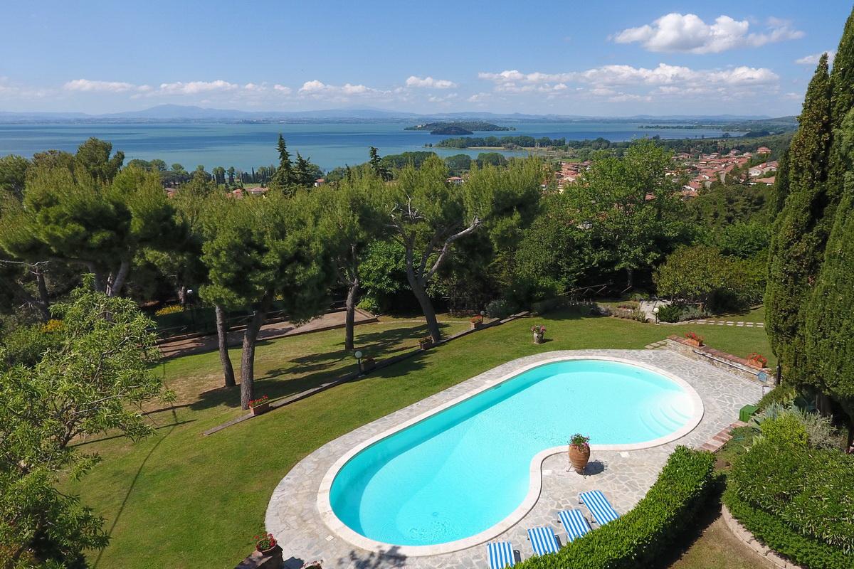 Lake trasimeno property with 6 apartments casa tuscany for Mobili 82 tuoro sul trasimeno