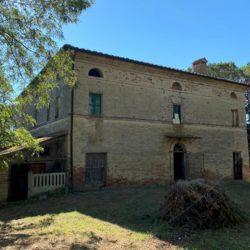 Farmhouse to Restore near Castiglione del Lago 1